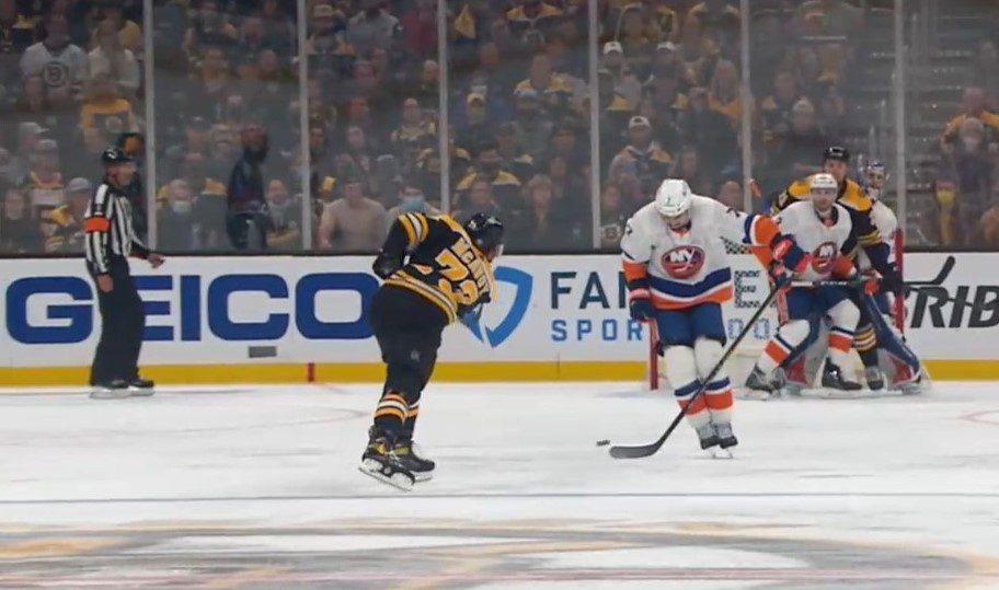 Signature NHL | Charlie McAvoy fait exploser la banque à Boston !